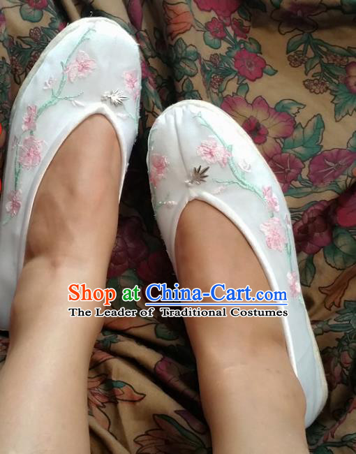 Traditional Chinese National Embroidered Shoes Handmade Bride White Satin Shoes, China Hanfu Embroidery Peach Blossom Wedding Shoes for Women