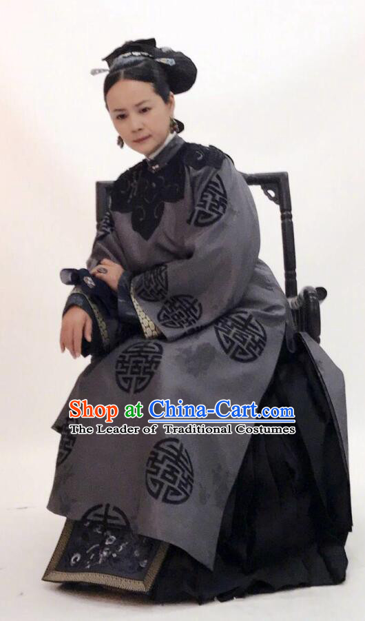 Traditional Chinese Qing Dynasty Manchu Dowager Countess Embroidered Costume for Women